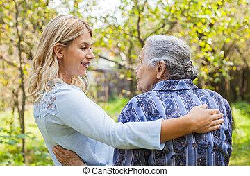 dama, se abrazar, viejo, al aire libre