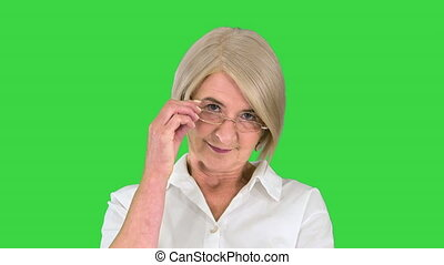dame, écran, vieux, mains traversées, vert, chroma, lunettes, debout, intelligent, key.