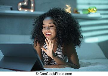 dame a peau noire , utilisation, webcam, et, pc, pour, vidéo, bavarder