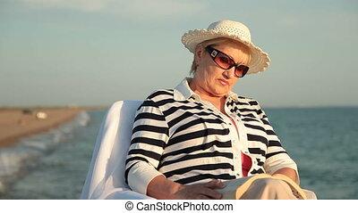 dame, délassant, littoral, personne agee