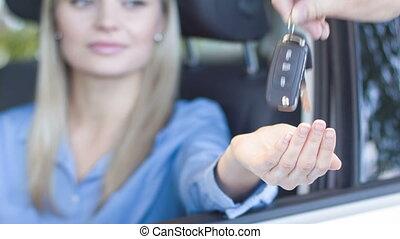 dame, elle, clés, voiture, jeune, reçoit, smiles.