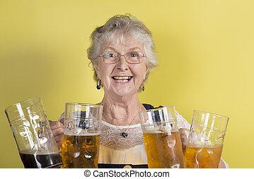 dame mûre, tenue, quatre, grand, cristal, grandes tasses, à, bière