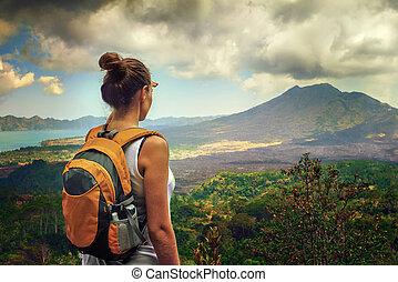 dame, turist, hos, en, backpack, beliggende, på top af, den, bjerg, og