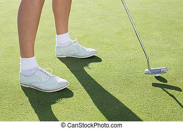 dame, vert, golfeur, mettre