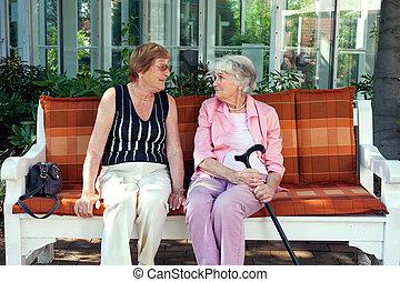 dames, délassant, deux, bavarder, personne agee, apprécier