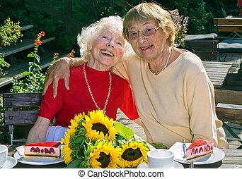dames, deux, personnes agées, leur, apprécier, retirement.