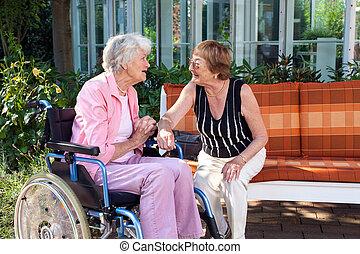 dames, jardin, bavarder, deux, banc, personne agee