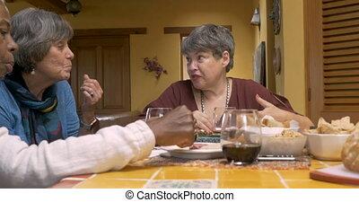 dames, manger, collations, plus vieux, trois, conversation, séduisant, fête