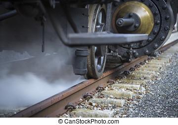 Dampfender Dampflokantrieb auf Schienen - steaming...