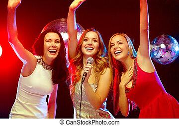 dançar, três, sorrindo, cantando, karaoke, mulheres