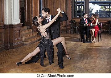 dançarinos, restaurante, par, executar, tango, enquanto, namorando