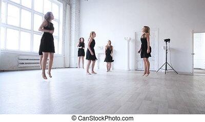 dancin, équipe, étirage, femmes, avant