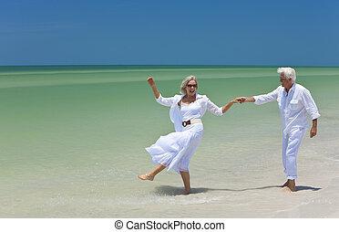 dancing, paar, tropische , holdingshanden, senior, strand, vrolijke