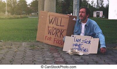 dando denaro, a, senzatetto, mendicante