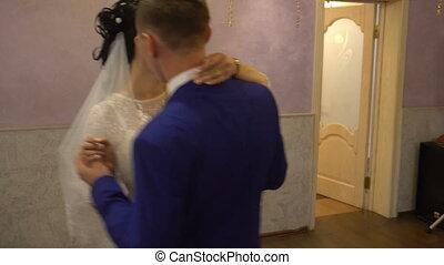 danse, couple étreindre, nouveau marié, leur, jour mariage