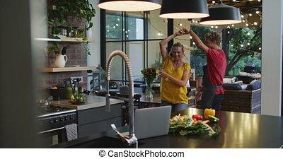 danse, couple heureux, cuisine