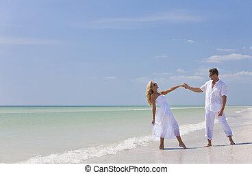 danse, couple, jeune, exotique, tenant mains, plage, heureux