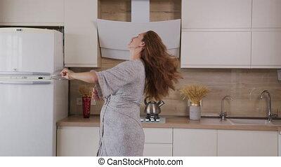 danse, dame, chanter, pregnant, kitchen., peignoir