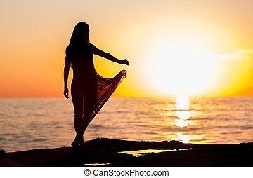 danse femme, à, coucher soleil