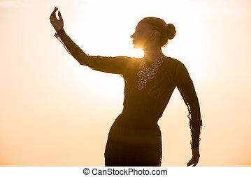 danse femme, à, levers de soleil
