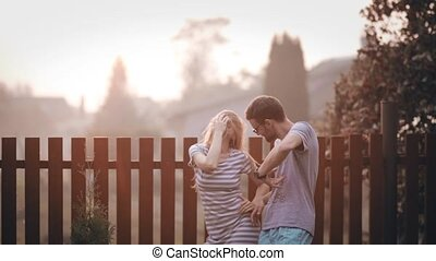 danse femme, couple, jeune, ensemble, gai, arrière-cour, amusement, dehors., sunset., avoir, homme