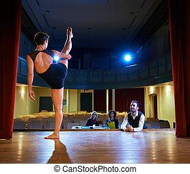 danse femme, pour, audition, à, jury, dans, théâtre