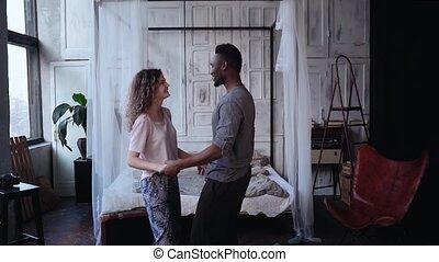 danse femme, pyjamas, sauts, motion., ensemble, avoir, multiracial, lent, kisses., amusement, mains, couple, morning., homme
