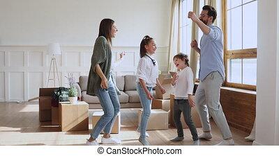 danse, grand, carton, en mouvement, famille, boîtes, day., célébrer