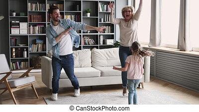 danse, heureux, amusement, famille, multigenerational, ensemble, vivant, avoir, salle