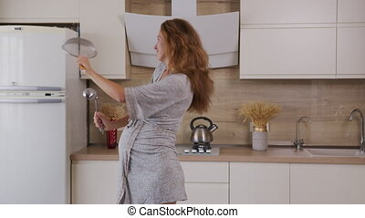 danse, kitchen., peignoir, chanter, dame, pregnant