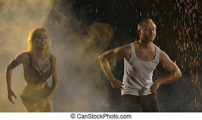 danse, lent, latin, noir, motion., fond, positif, partenaires, studio, danse, salsa, scintillement, haut, couple, américain, raindrops., fin, enfumé, danseurs, parmi