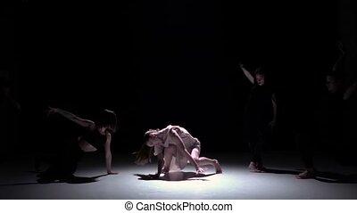 danse lente, danseurs, contemporain, mouvement, début, cinq, performance, noir, ombre