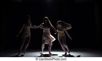danse lente, filles, contemporain, trois, mouvement, continuer, noir, robes blanc, ombre