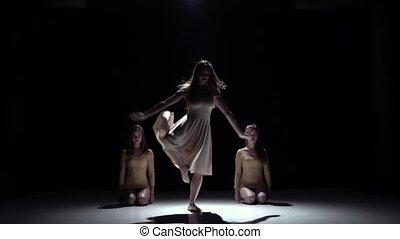 danse lente, filles, trois, contemporain, mouvement, début, noir, robes blanc, ombre
