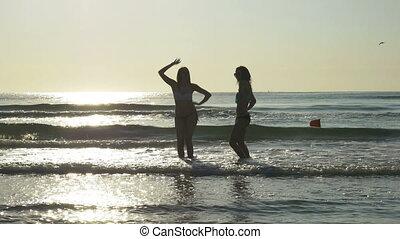 danse, rivage, deux, silhouettes, plage, sablonneux, femmes
