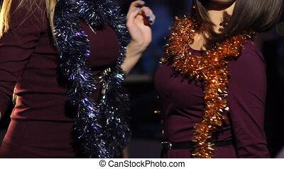 dansende meisjes, twee, jaar, nieuw, feestje, collectief