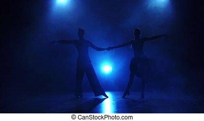 danseurs, danse, exécuter, lent, silhouette, paire, mouvement, salsa