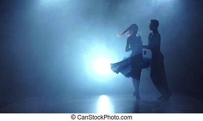 danseurs, enfumé, couple, salle bal, gracieux, lent, poser, mouvement