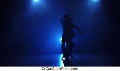 danseurs, latin, danse, exécuter, silhouette, lent, paire, mouvement