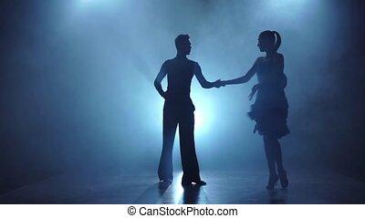 danseurs, rumba, enfumé, couple, gracieux, lent, poser, mouvement