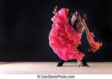 danseurs salle bal, contre, arrière-plan noir, latino