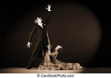 danseurs salle bal, isolé, arrière-plan noir, latino