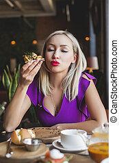 dansk, kvinna ätande, smorrebrod, restaurang