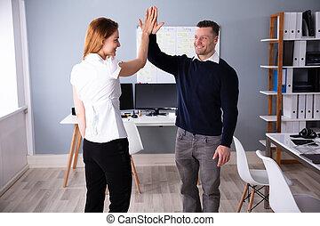 dar, alto cinco, businesspeople, local trabalho