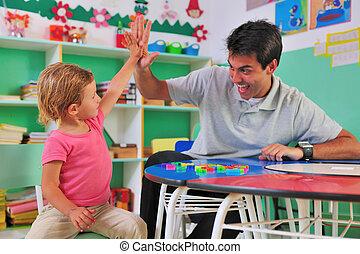 dar, alto-cinco, professor, criança pré-escolar
