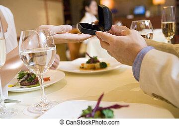 Dar, anel, mulher, homem, restaurante