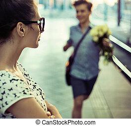dar, buquet, algum, rosas, sujeito, tentando, senhora, feliz