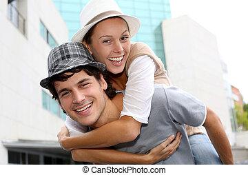 dar, carona piggyback, namorada, homem
