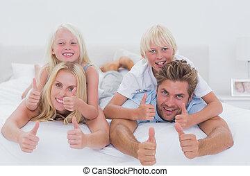 Dar, costas, cama, cima, seu, enquanto, pais,  piggy, crianças, polegares