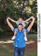 dar, esticar, pai, costas, filho, seu, piggy, braços